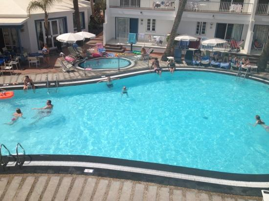Apartamentos Fariones: pool area