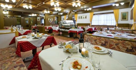 sala da pranzo hotel chalet pineta canazei