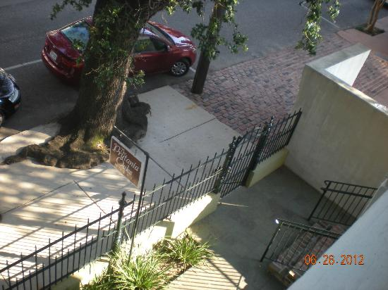 Prytania Oaks Hotel: Looking down from our balcony.