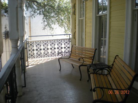 Prytania Oaks Hotel: Our shared balcony.