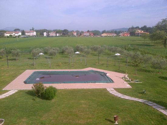Villa Barbarossa: piscina esterna, purtroppo coperta ad aprile