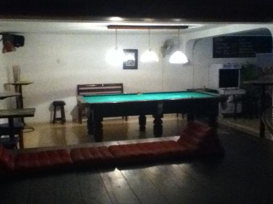 Eighty8 Backpackers: pool table