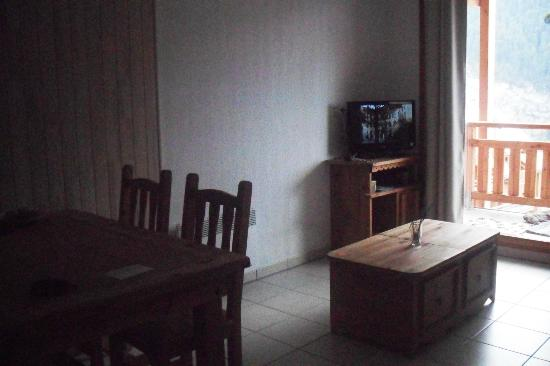 Les Balcons des Airelles : espace télé, la canapé est a droite. Le site réduit la qualité photo