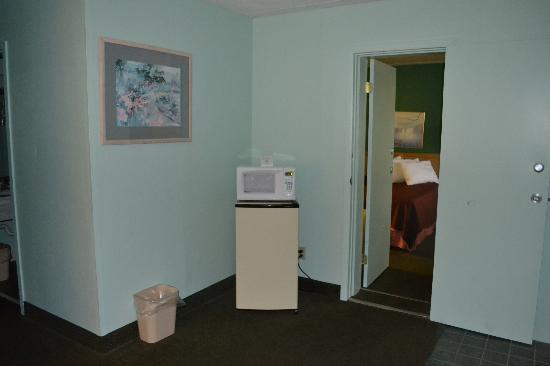 Howard Johnson Inn -Sandusky Park N Entrance: Micro-Fridge Units in our Suites!