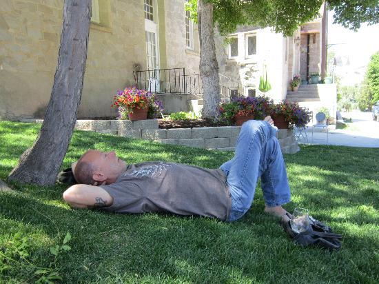 Greystone Manor: relaxing in pretty yard 