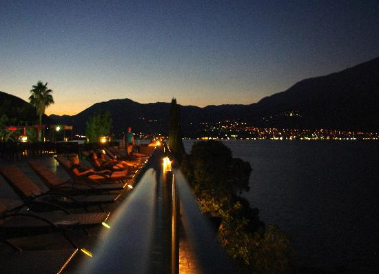 Precise Club Hotel Riviera Montenegro: near the pool at the dusk