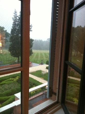 Glenmere Mansion: Thunder storm rolling up the hill. View from Room 12
