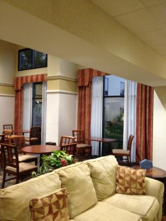 Hampton Inn & Suites Springfield - Southwest: lobby/breakfast