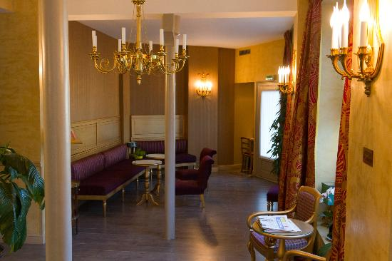 Hotel de l'Empereur : Hotel lobby, dining area and courtyard is ahead on left