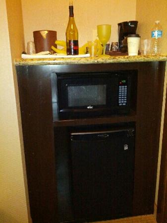 Holiday Inn Jackson NW - Airport Rd: Dedicated area for microwave, frig & coffee pot