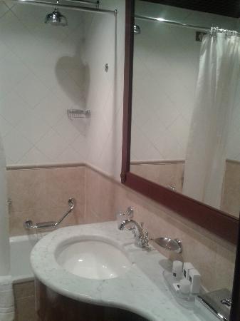 ATAHOTEL Linea Uno Residence: Baño