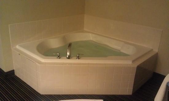 Holiday Inn Columbus-Hilliard : Jacuzzi type tub