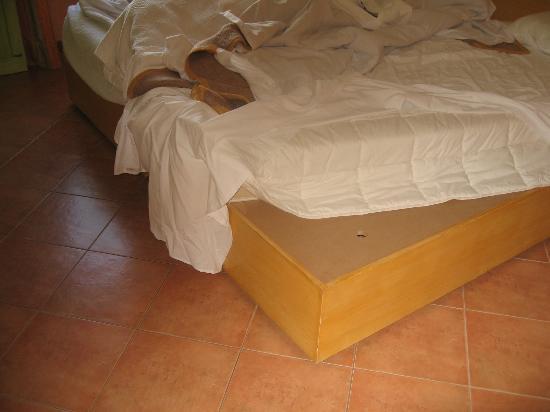"""Grande Real Santa Eulália Resort & Hotel Spa : sommier en bois +foam pad """""""