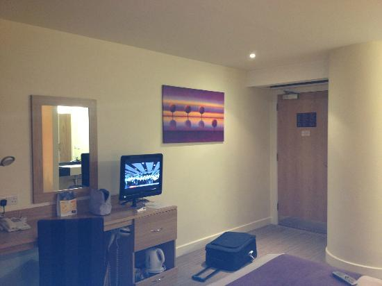 Premier Inn Manchester Airport (M56/J6) Runger Lane South: Desk and TV