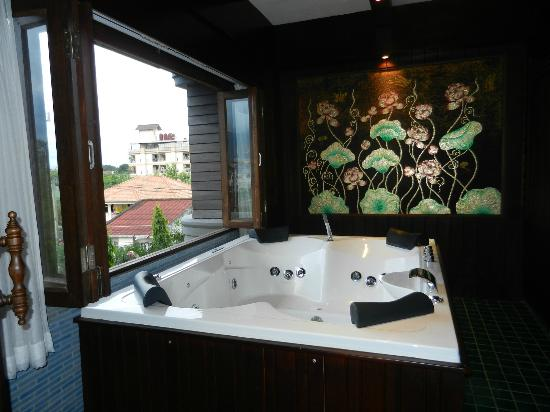 Singha Montra Lanna Boutique Style: Jacuzzi suite (window open)