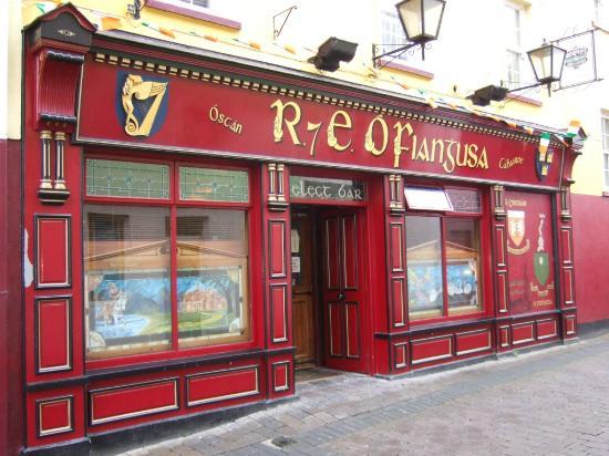 Fennessy's Hotel: Fennessy's award-winning Pub Front