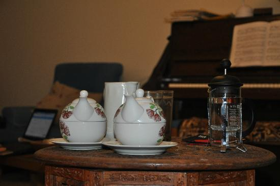 Featherstone B&B: nice teapots for breakfast