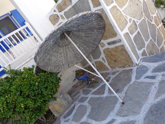 Hotel Samdan: Broken rusty parasol fell on holiday makers head on day 4. Still there when we left on day 7!