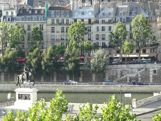 Citadines Saint-Germain-des-Pres Paris: View across the river from our window. The Louvre is just right of these buildings