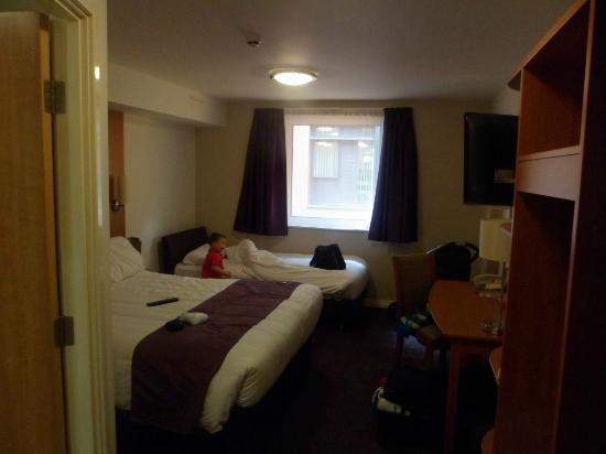 Zimmer picture of premier inn manchester bury hotel for Premier inn family room