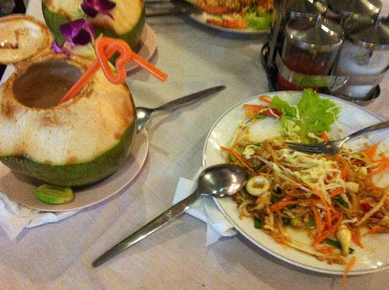 Ying Restaurant: Phat Thai with coconut juice