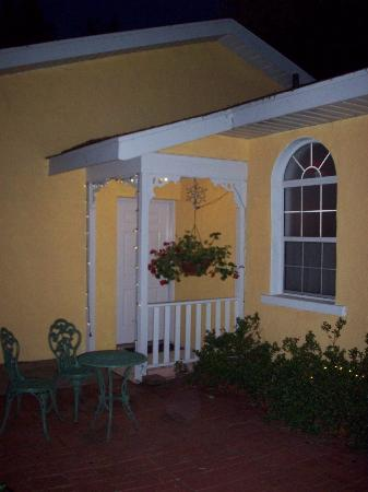 Country Chalet Inn: Room entrances