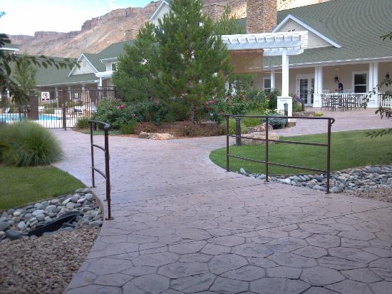 Wine Country Inn: court yard