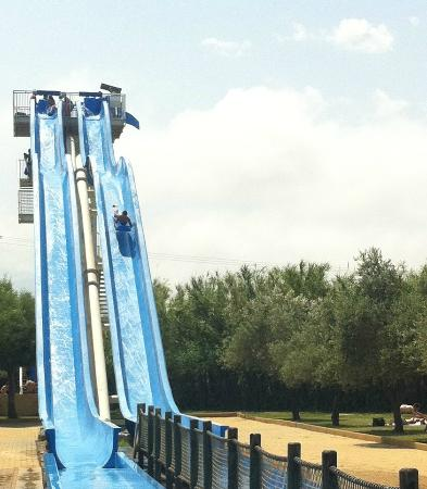 Saint-Cyprien, Francja: We don't carry a camera around a water park much ! One of the more easly slides