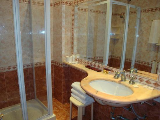 Hotel Genio: el baño de la habitación