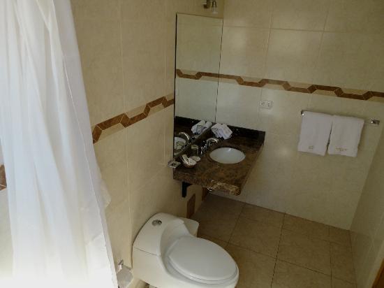 Florida del Inca Hotel: Baño de habitación