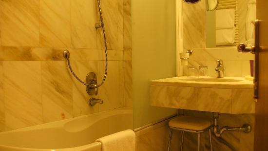 Empire Palace Hotel: Badezimmer
