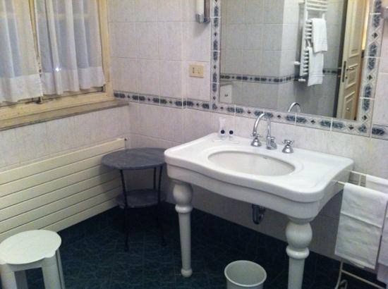 Hotel Roma e Rocca Cavour: Il bagno