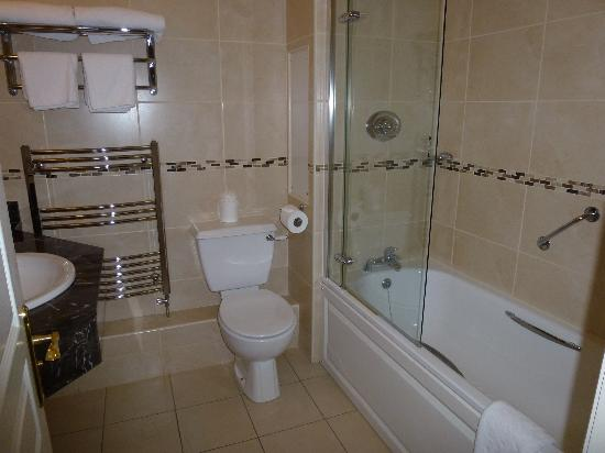 Bracken Court Hotel: bathroom