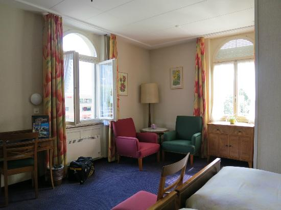 Hotel Du Lac: Room 56 with river view and street. Spacious and cozy.