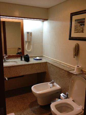 Ramee Royal Hotel: bathroom