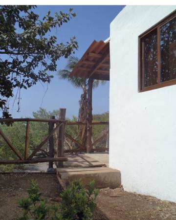 Hostal del Mar : View of the entrance to one of the cabañas