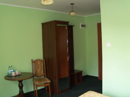 Hotel Best Inn : Wardrobe, hooks and a mirror