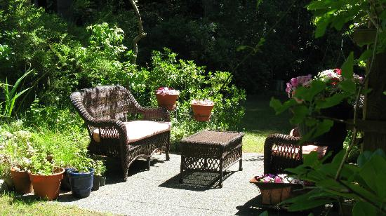 Blue Willow Guest House: Reading area in garden