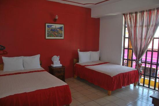 Juchitan, México: Double room with balcony to the street and market