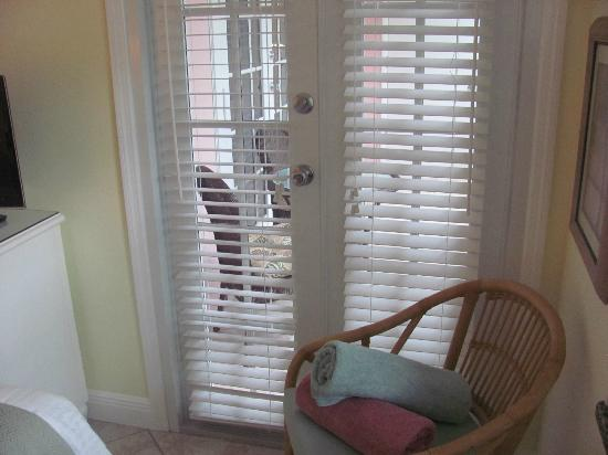 Siesta Key Inn: Screened in porch