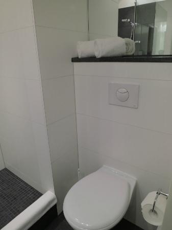 Motel One Munchen-Deutsches Museum: Bathroom