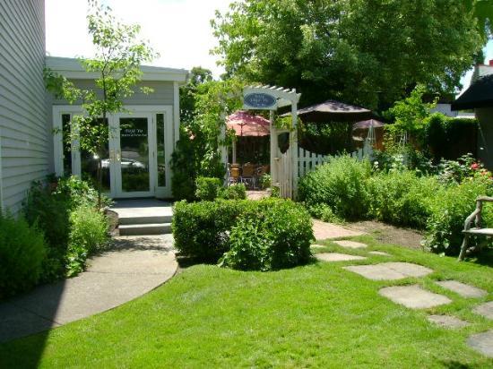 DEJA VU BISTRO & WINE BAR: garden bistro
