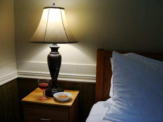 Reynolds Hotel : Good quality fixtures, such as the bedside lamp
