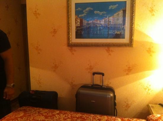 Hotel Venezia: space around the bed