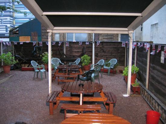 Burton Arms Hotel: Courtyard