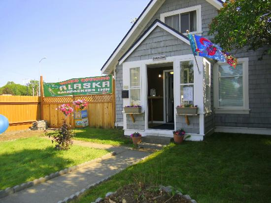 Alaska Backpackers Inn: The front desk and lounge at 409 Eagle Street.