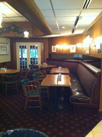 Ramada Plaza Hagerstown: breakfast area