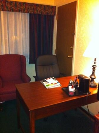 Ramada Plaza Hagerstown: desk in room