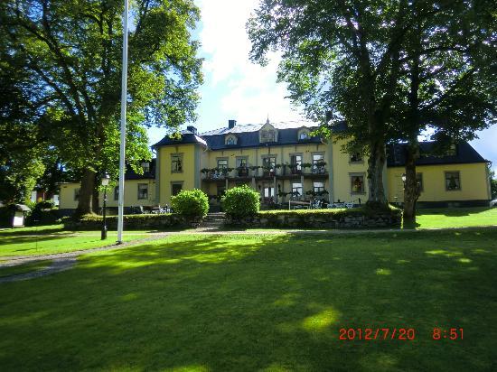 Hennickehammars Herrgard: Huvudbyggnaden sett baikfrån.