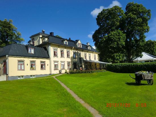 Hennickehammars Herrgard: Huvudbyggnaden sett från sjön.